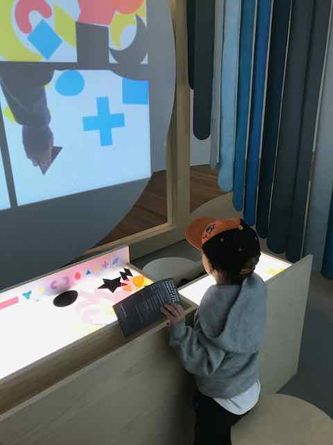 De Youngsters Art Studio in San Francisco, child creating art with blocks